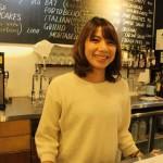 """ハワイ本店で実際に研修を受け、大阪店を任されることになった若き店長。出店に際してはオーナーの来日にも対応した。「日本にもハワイのような""""朝食文化""""を根付かせたい」と笑顔で語る。"""
