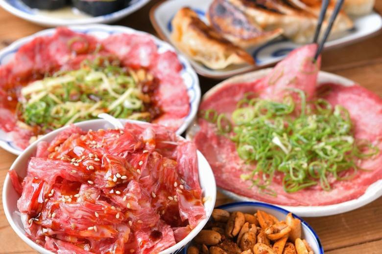 """肉と酒をテーマにした大衆肉酒場「曲ル角ニハ 泡喰ライ」では、個性光る""""肉アテ""""を提供致します。"""