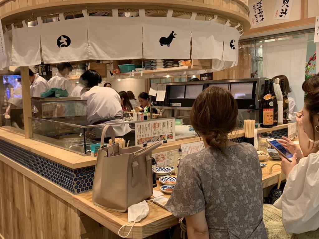 女性客が多いのも寿司酒場の特徴のひとつ