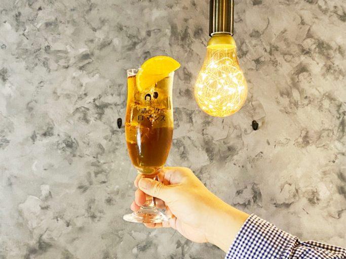 大阪・新町の中華酒場の「満ち汐のロマンス」はオリジナルグラスが映える照明や壁色にしている。