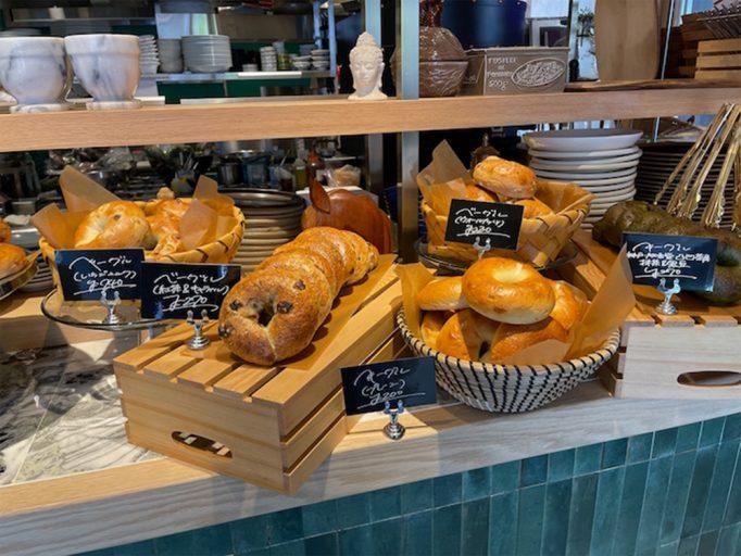 ▲店内でパンも販売。