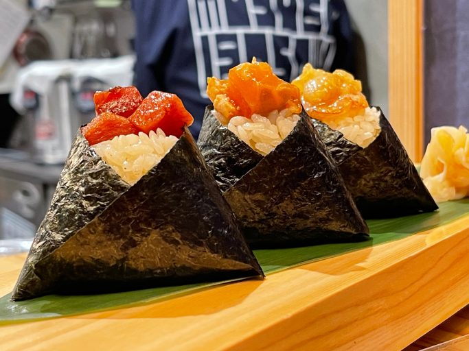 ▲まだ日本に2店しかなく、南海なんば駅に1号店がある「むすび寿司」では、「超てんこ盛り」キャンペーンにあわせ1.5倍盛りネタの寿司を用意。