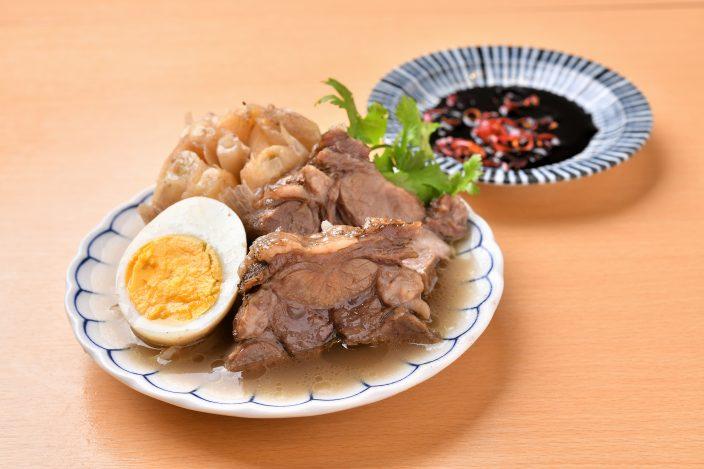 肉骨茶(バクテー)タンスジとニンニクの煮込み 605円/あっさりと煮込んだバクテーとニンニクは少し甘い中国醤油につけて。