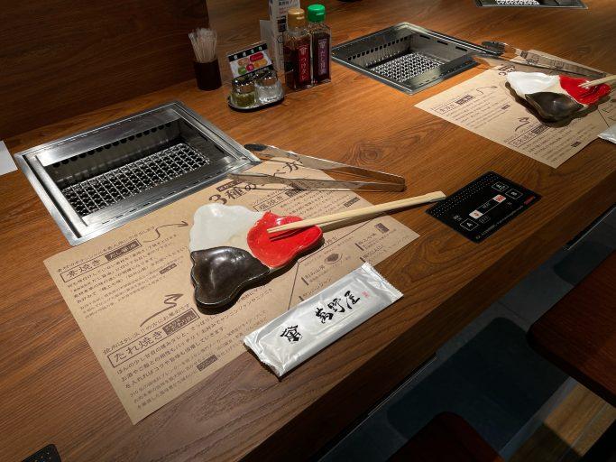 ▲「やきにく萬野」のカウンター席には1人用ロースターを設置される。ソーシャルディスタンス時代にマッチした焼肉スタイル。