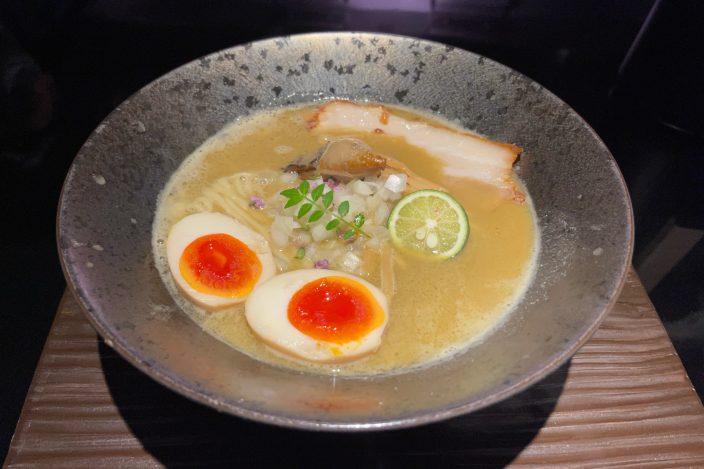 ▲牡蠣白湯「koeru」920円と薫製玉子150円。